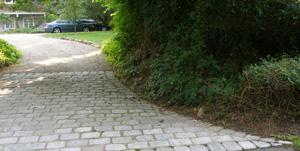driveway apron in cobblestones